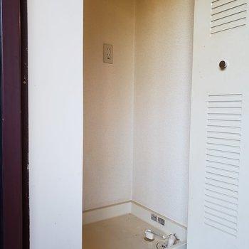 洗濯機置き場は玄関にあります。※写真は1階の同間取り別部屋のものです