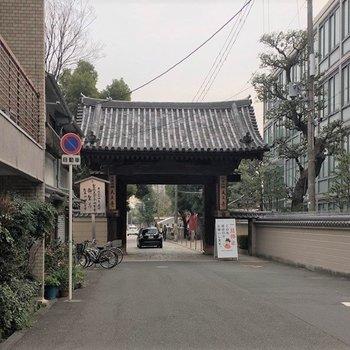 歩いてすぐ四天王寺があります