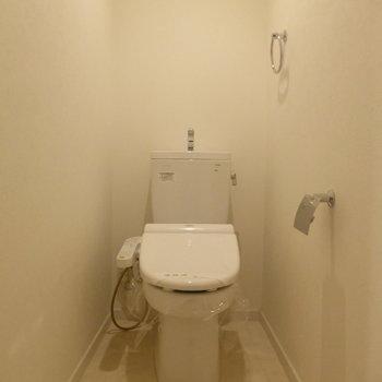 奥行きがありきれいなトイレ♪※写真は2階の同間取り別部屋のものです