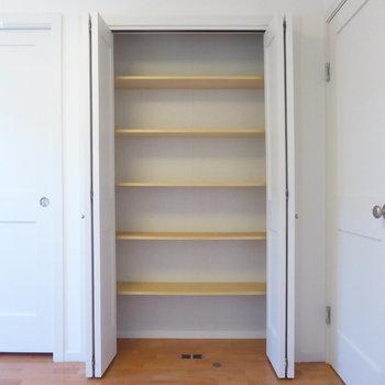 【洋室】こちらも可動式の棚ですよ!※写真は2階の同間取り別部屋のものです