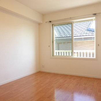 【洋室】反対側の洋室は約5.8帖。こちらもきれいなフローリング◎※写真は2階の同間取り別部屋のものです
