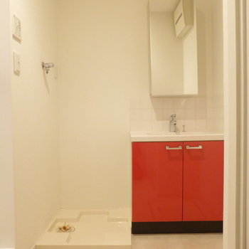 水回りへ。こちらも赤のアクセントがGood!!※写真は2階の同間取り別部屋のものです