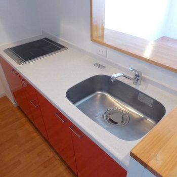 【LDK】1階に戻ってキッチン。赤がアクセントになって可愛らしい!※写真は2階の同間取り別部屋のものです