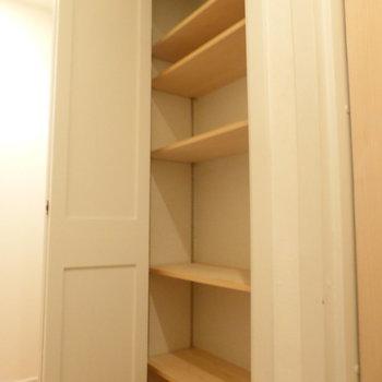 左手の棚をシュークロークとして使いましょう◎こちらも棚は可動式!※写真は2階の同間取り別部屋のものです