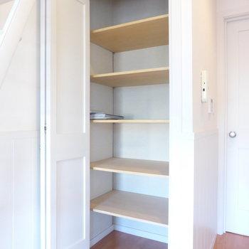 【LDK】しっかり可動式棚の収納が◎※写真は2階の同間取り別部屋のものです