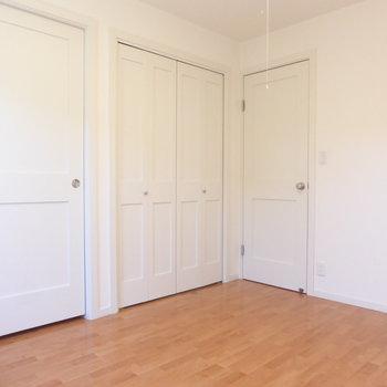 【洋室】左手からウォークイン、収納、廊下への扉。扉のデザインも乙女心をくすぐりますっ※写真は2階の同間取り別部屋のものです