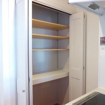 【LDK】向かいにはしっかり収納が!※写真は2階の同間取り別部屋のものです