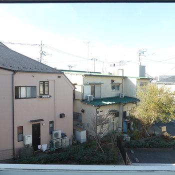 LDKからの眺めは抜けてますよ。※写真は2階の同間取り別部屋のものです