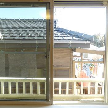 【洋室】東向きで日当たりGOOD♪眺望がお隣さん目の前なのが少し気になりますね。※写真は2階の同間取り別部屋のものです