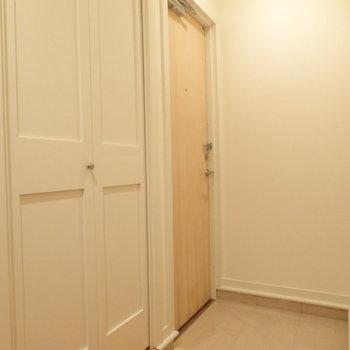 白基調の玄関スペース。※写真は2階の同間取り別部屋のものです