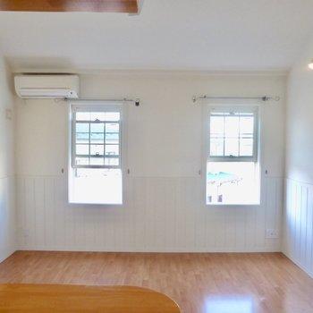 【LDK】キッチン側から。採光の格子窓が2つ。※写真は2階の同間取り別部屋のものです