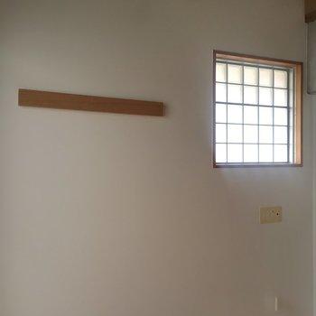 壁面窓は角部屋の特権(※写真は同建物同間取りの別部屋のものです)