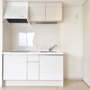 キッチン右に冷蔵庫を※通電前の写真です