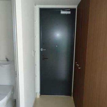 トイレの奥に玄関ですね