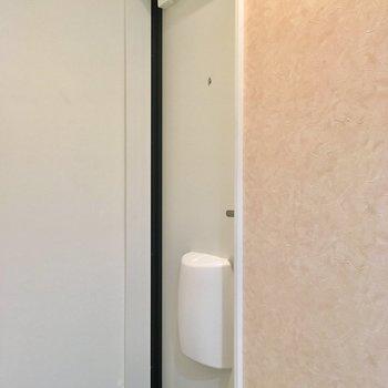玄関ドアはオフホワイト※写真は1階の同間取り別部屋のものです