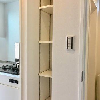 キッチンの右側には収納棚が。※写真は1階の同間取り別部屋のものです