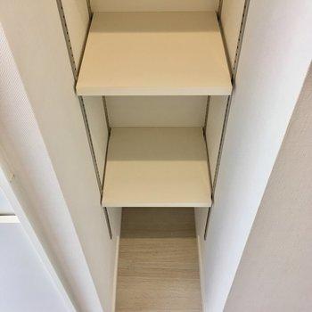 可動式の棚はうれしい◎※写真は1階の同間取り別部屋のものです