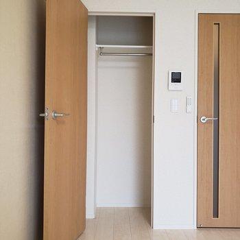 前開きなのでスペースを考えて家具を置こう。※写真は3階の同間取り別部屋のものです