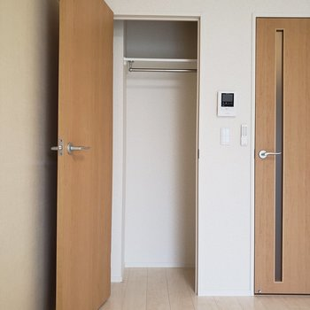 前開きなのでスペースを考えて家具を置こう。※写真は3階の似た間取り別部屋のものです