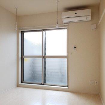 室内干し用の竿、掛けられます。※写真は3階の似た間取り別部屋のものです