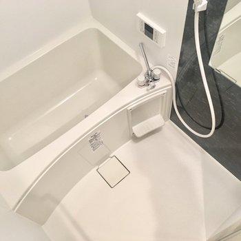 サニタリー左にお風呂。浴室乾燥ついてますよ〜