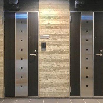 共用廊下。玄関ドアもスタイリッシュ。