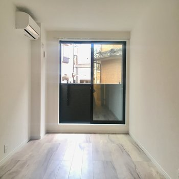 【洋室】こちらは寝室に。南向きの窓が。