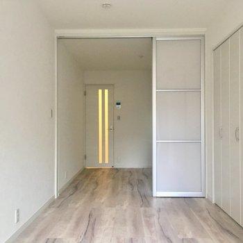【洋室】窓側から見ると。床の色、お気に入り。