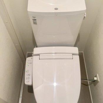 サニタリー入って右にトイレ。ウォシュレット付いてます。