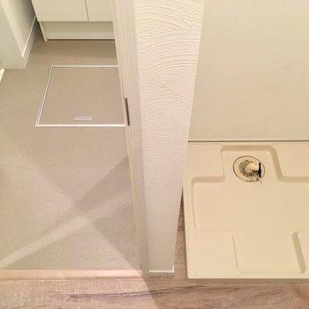 お次はサニタリーへ。廊下出てすぐのところに洗濯機置場。