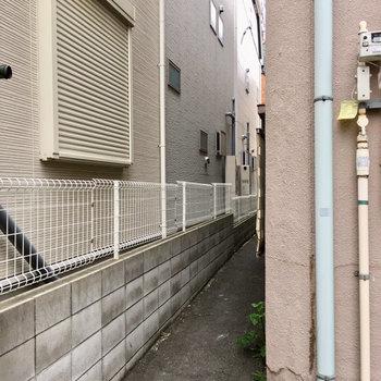 おうちからはこの路地を抜けて、高架沿いを歩いて駅まで行きます。