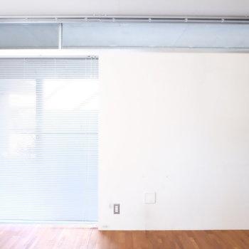 玄関部分、ブラインドで目隠し※写真は同じ間取り3階別部屋のものです