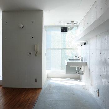 光でコンクリートが際立ちます※写真は同じ間取り3階別部屋のものです