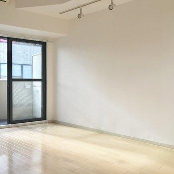 正午前の室内。明かりも必要ないくらいです。