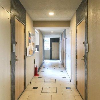 【共用部】突き当たりまで行くとエレベーターがあります。