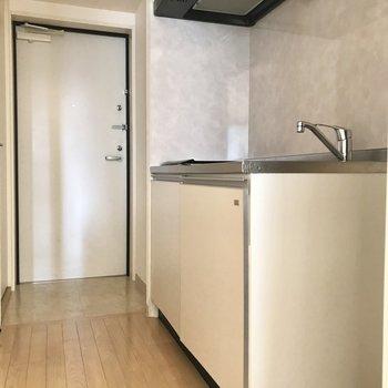 廊下にキッチンがあります。手前に冷蔵庫を置けますよ。