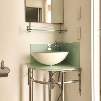 丸い鉢のような洗面台。クリアブルーなのも清潔感があっていいですね。
