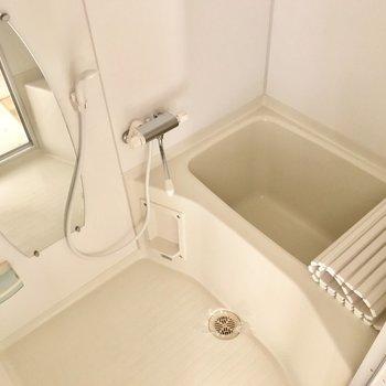 お風呂の鏡は楕円形でかわいらしいです。