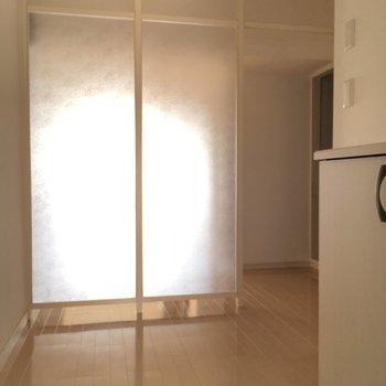 玄関を開けると向こう側の光が感じられる目隠しがあります!