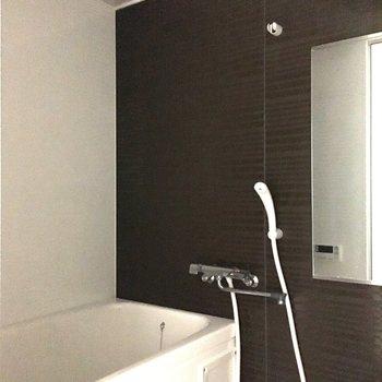 浴室はシックなブラックがアクセント