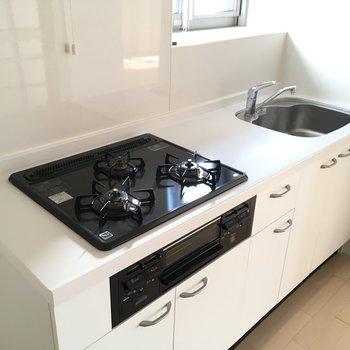 キッチンはホワイト天板のかわいいデザイン