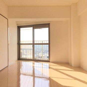 西側の洋室も日当たりいいですね!