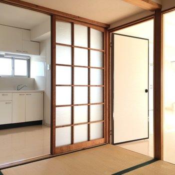 和室はレトロさが残るガラス入りの建具がいい感じ!