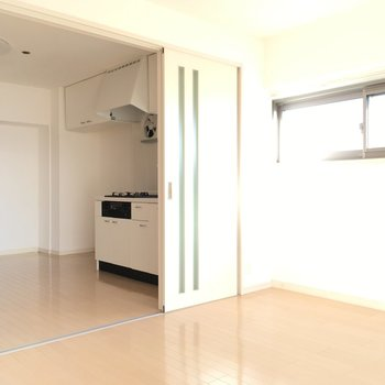 こんなふうにキッチンと洋室は間仕切りを開けてで広いLDKとして使えます!