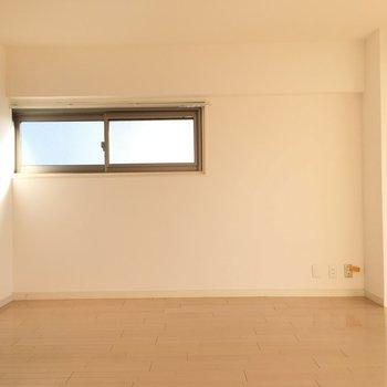 東側の壁にダイニングテーブルを置くと朝の日差しを感じられていい食卓が囲めそう!
