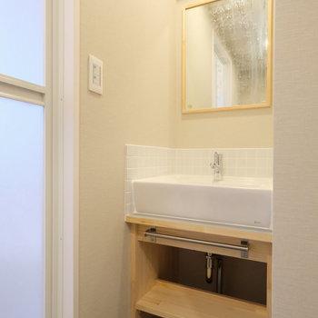 洗面台もスマートな造作タイプ※写真はクリーニング前、前回募集時のもの