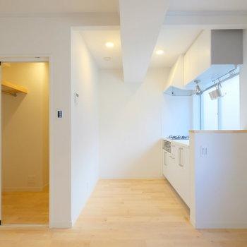 キッチンは程よく奥まった位置に※写真は前回募集時のもの
