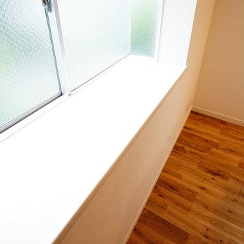 出窓がうれしいですね◎※写真は反転で似た間取りの212号室のものです