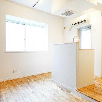 木の質感が落ち着いたお部屋に!※写真は反転で似た間取りの212号室のものです