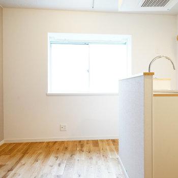 キッチンはカウンタータイプが嬉しい◎※写真は反転で似た間取りの212号室のものです